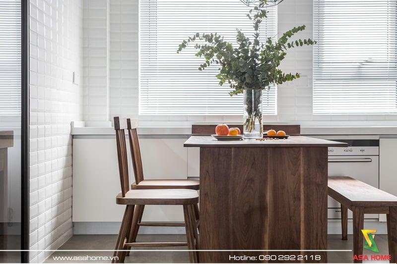 Sử dụng cây xanh, bàn ghế gỗ để tạo điểm nhấn